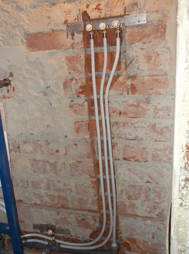 Установка монтажной пластины для водонагревателя